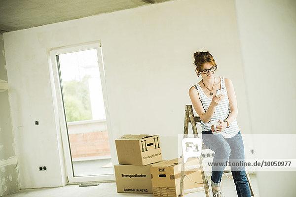 Junge Frau bei der Renovierung einer Pause