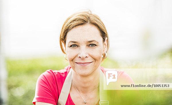 Porträt einer lächelnden Frau im Kinderzimmer