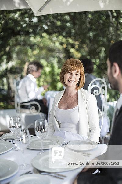 Frau lächelt den Mann im Restaurant an.