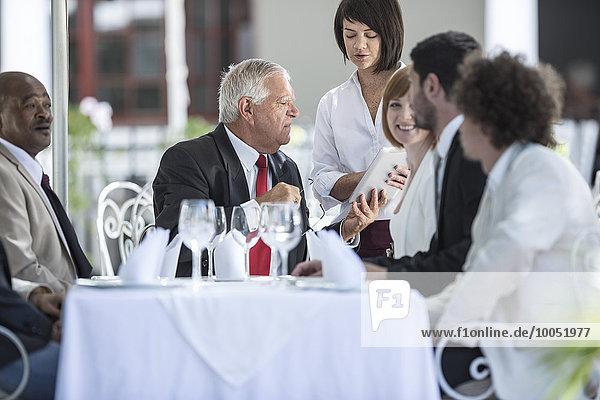 Geschäftsleute beim Geschäftsessen im Restaurant