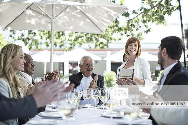 Geschäftsleute feiern Erfolge im Restaurant
