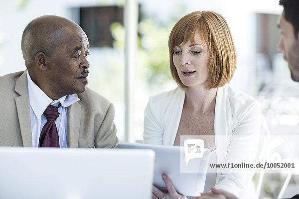 Geschäftsleute diskutieren beim Business-Lunch über die Arbeit