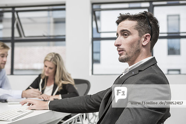 Geschäftsmann im Besprechungsraum denkend