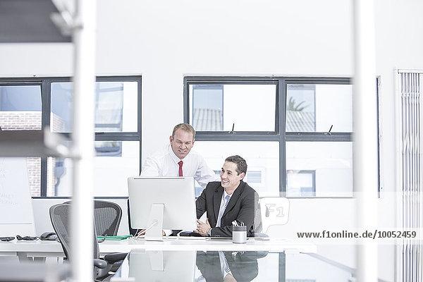 Geschäftsleute  die im Büro arbeiten