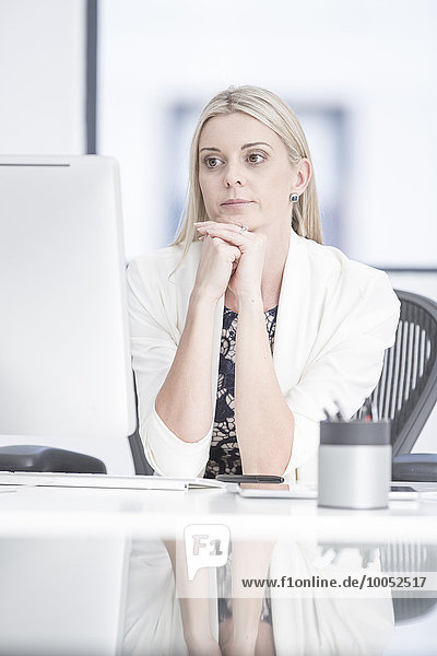 Geschäftsfrau im Büro am Schreibtisch