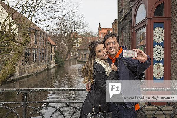 Pärchen mit Smartphone Selfie  Brügge  Flandern  Belgien