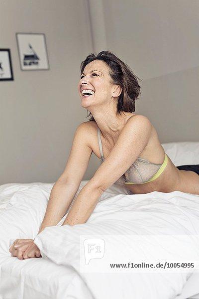 Frau lachen Schlafzimmer BH reifer Erwachsene reife Erwachsene Kleidung