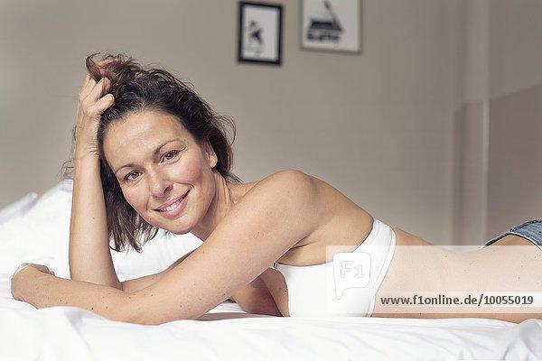 Portrait Frau Schönheit Bett reifer Erwachsene reife Erwachsene