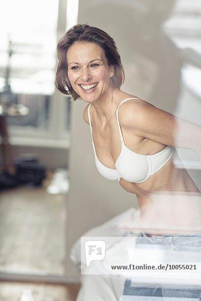 Frau BH reifer Erwachsene reife Erwachsene Jeans Kleidung