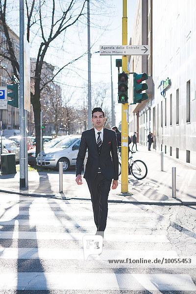 Junger Geschäftsmann auf der Straße  Mailand  Italien