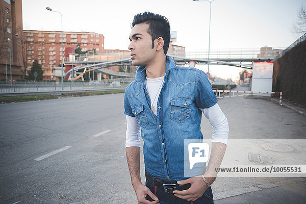 Junger Mann auf der Straße  Mailand  Italien