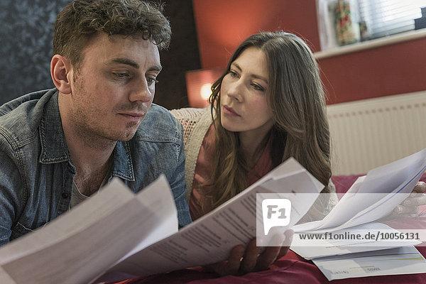 Ein Paar schaut sich den Papierkram an.