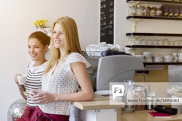 Junge Frauen  die im Cafe arbeiten  machen gemeinsam eine Pause