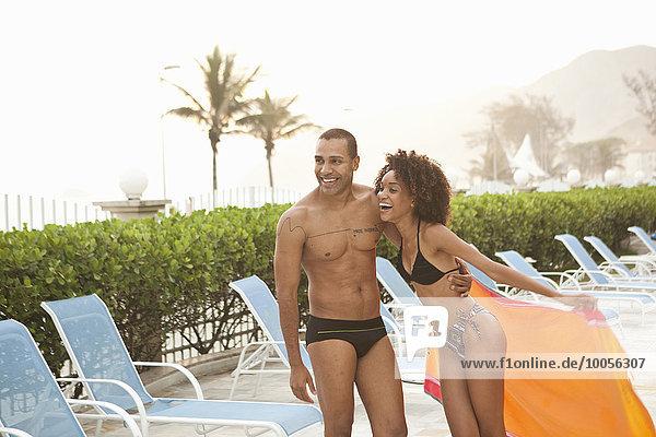 Lächelndes Paar lacht am Pool des Hotels  Rio De Janeiro  Brasilien