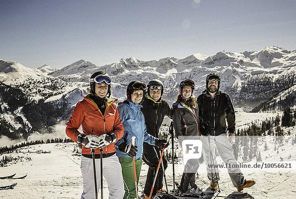 Porträt der Skifahrer auf der Piste  lächelnd