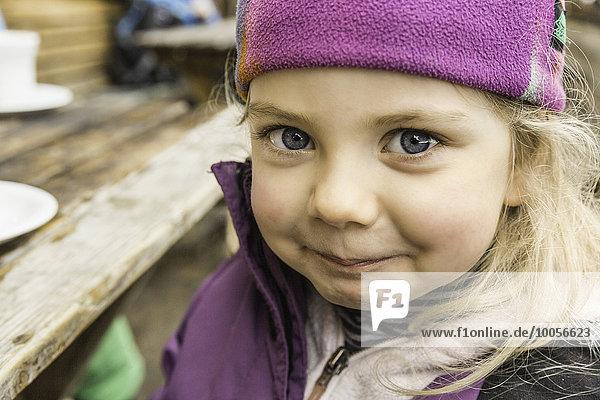 Portrait eines jungen Mädchens in Skibekleidung  lächelnd  Nahaufnahme