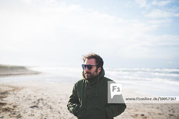 Mittlerer Erwachsener Mann mit Händen in der Tasche am luftigen Strand  Sorso  Sassari  Sardinien  Italien