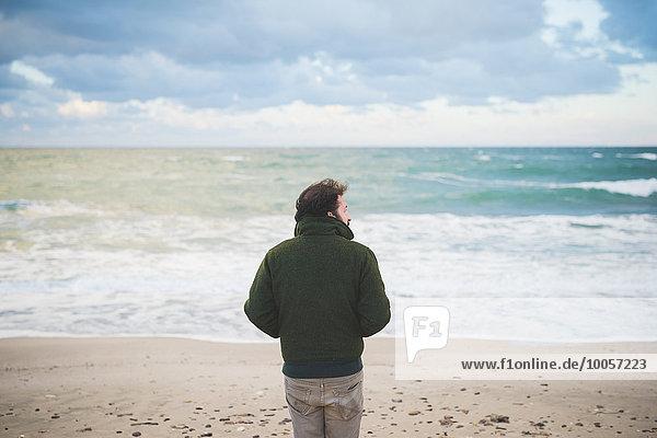 Rückansicht des Mannes am windigen Strand  Sorso  Sassari  Sardinien  Italien