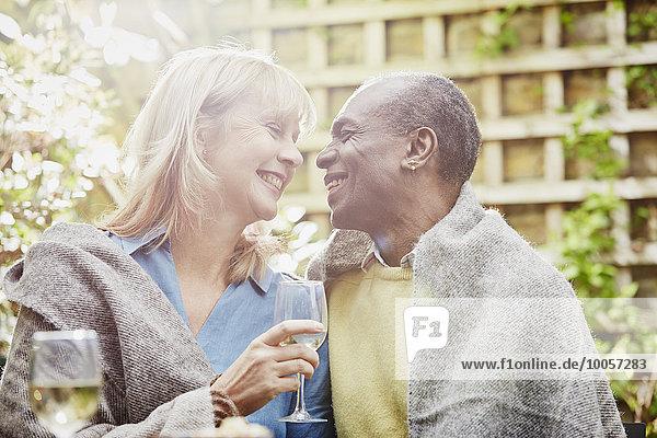 Paar trinkt Wein im Garten