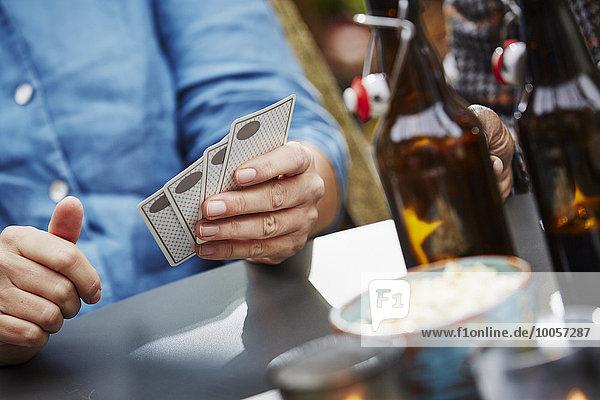 Person mit Spielkarten  Nahaufnahme