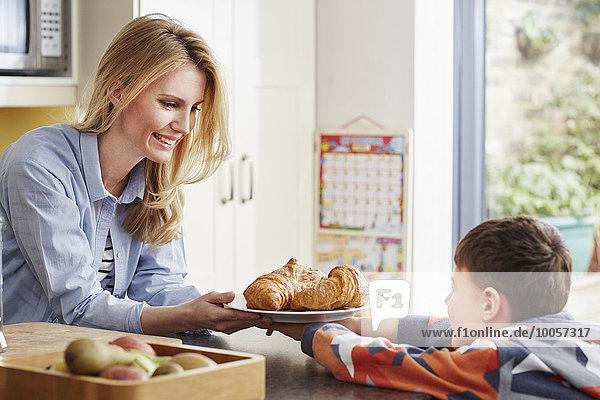 Mutter schenkt Sohn Croissant