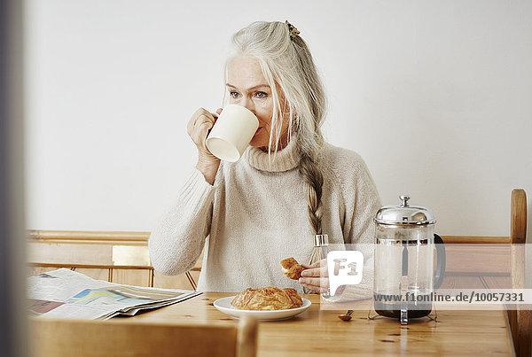 Seniorin beim Kaffeetrinken zum Frühstück