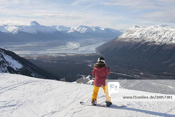 Junge Frau auf dem Snowboard  Girdwood  Anchorage  Alaska