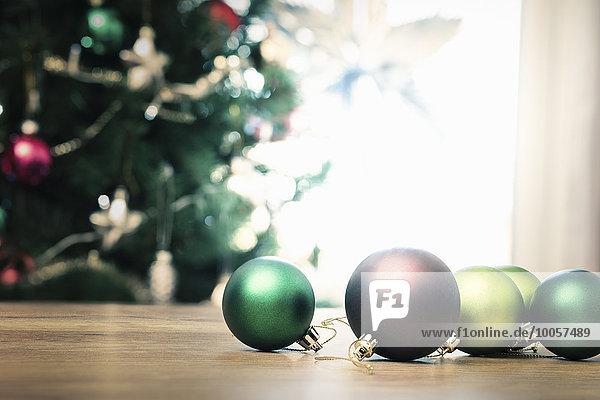 Weihnachtskugeln auf dem Boden  Nahaufnahme