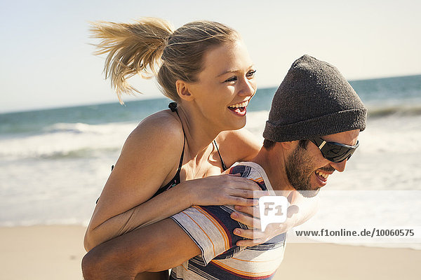 Paar im Urlaub am Strand  Malibu  Kalifornien  USA