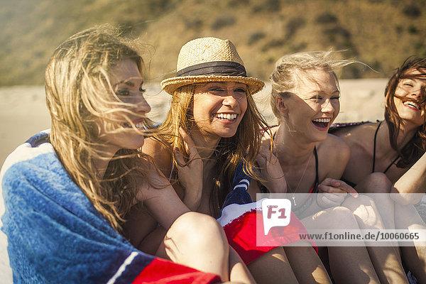 Freundinnen im Urlaub am Strand  Malibu  Kalifornien  USA