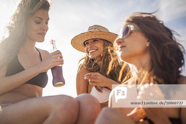 Freundinnen im Urlaub am Strand