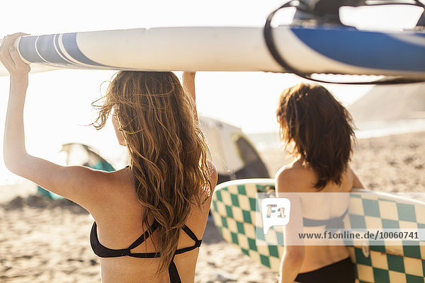 Freundinnen beim Surfen