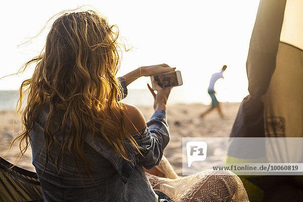 Frau fotografiert am Strand