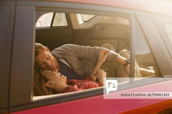 Paar Entspannung im Fahrzeug