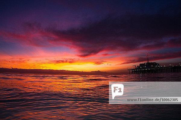 Santa Monica PIer und Ozean  Sonnenuntergang  Kalifornien  USA