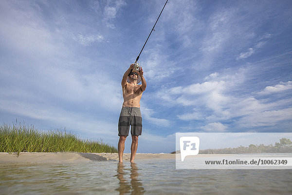Flachwinkel-Ansicht des reifen Mannes,  Fort Walton,  Florida,  USA