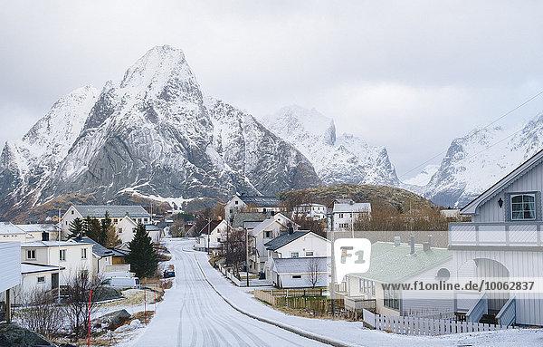 Schneebedeckte Straße  Reine  Lofoten  Norwegen