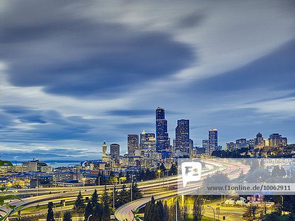 Ampelpfade und Stadtbild bei Dämmerung  Seattle  Washington State  USA Ampelpfade und Stadtbild bei Dämmerung, Seattle, Washington State, USA