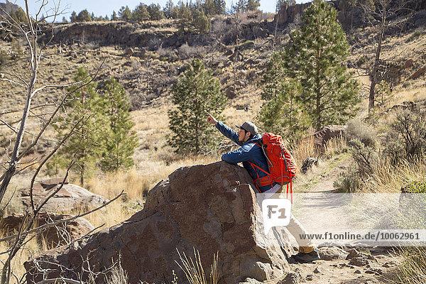 Backpacker zeigt nach oben  Smith Rock State Park  Oregon