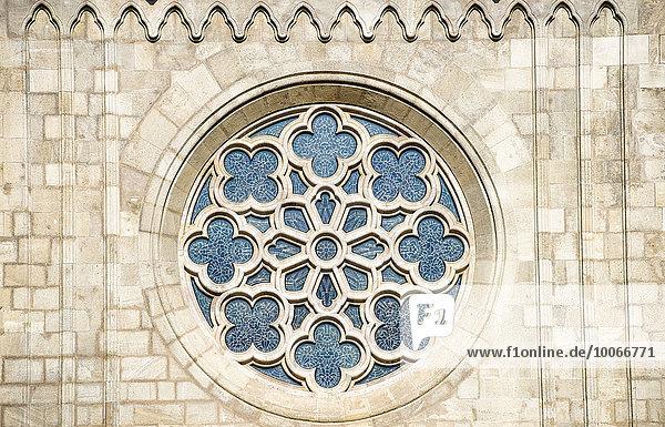 Fenster rund mit Ornament an der Fassade der Matthiaskirche  Mátyás templom  Budapest  Ungarn  Europa