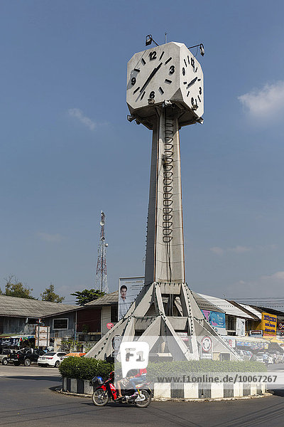 Uhrenturm am Bahnhof  Clocktower  Kreisverkehr  Buriram  Provinz Buri Ram  Isan  Isaan  Thailand  Asien
