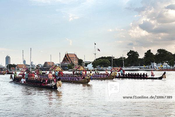 Königliche Barkenprozession  Schiffsprozession  Barkasse  Prozession  Begleitbarken auf dem Mae Nam Chao Phraya  Bangkok  Thailand  Asien