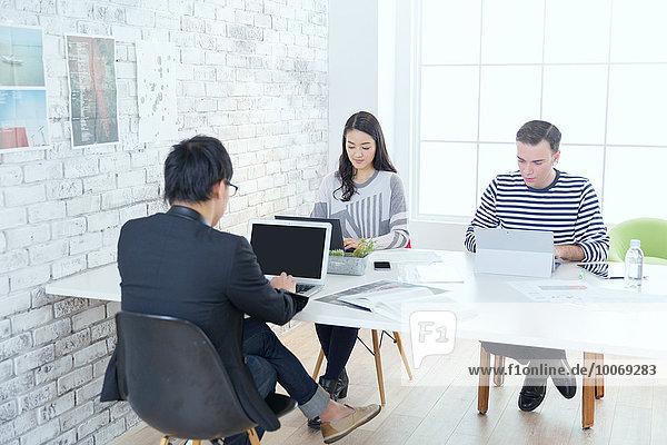 Mensch Büro Menschen arbeiten multikulturell Business modern