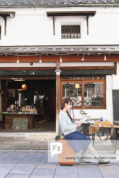Frau Fröhlichkeit Reise jung japanisch