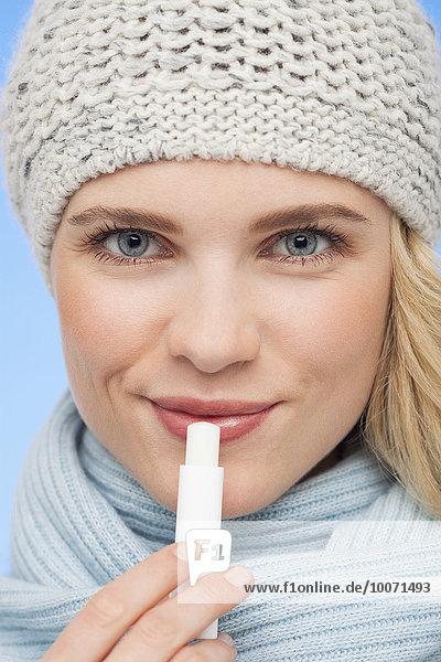 Schöne Frau mit Lippenbalsam