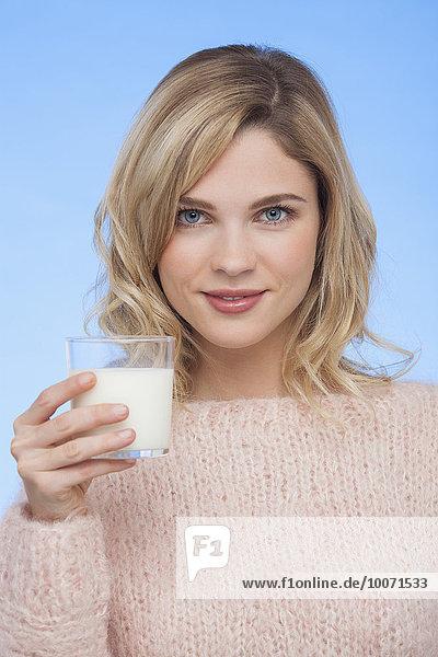 Nahaufnahme einer Frau  die Milch trinkt