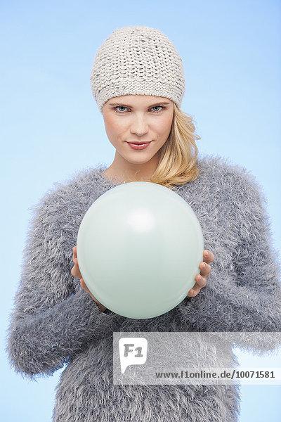 Porträt einer schönen Frau mit Ballon im Winter