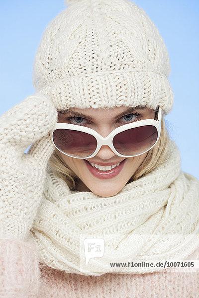 Porträt einer schönen Frau mit Sonnenbrille