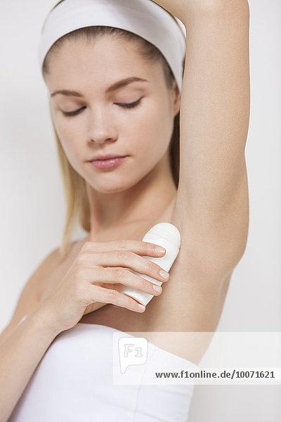 Schöne Frau mit Deodorant
