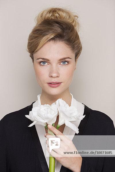 Porträt einer schönen Frau mit Blumen